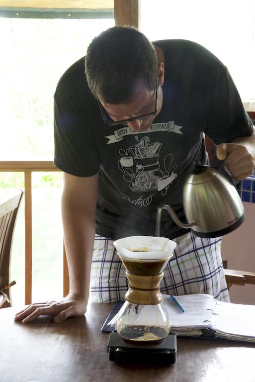 Chemex Manual Coffee Maker : Chemex Coffee Brewing Step by Step - CoffeeSphere